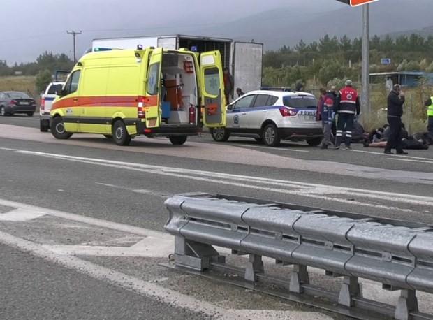 Encuentran a 41 migrantes vivos en el interior de un camión refrigerado en Grecia - ảnh 1