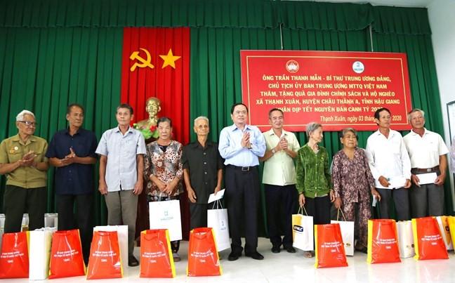Delegación del Frente de la Patria de Vietnam visita localidades sureñas con motivo del Tet 2020 - ảnh 1