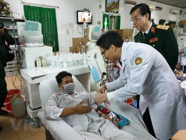 Vicepremier vietnamita visita a enfermos en hospitales en Hanói - ảnh 1