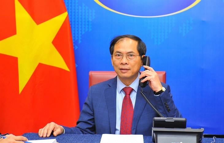 Canciller de Vietnam dialoga con su homólogo surcoreano sobre relaciones bilaterales - ảnh 1