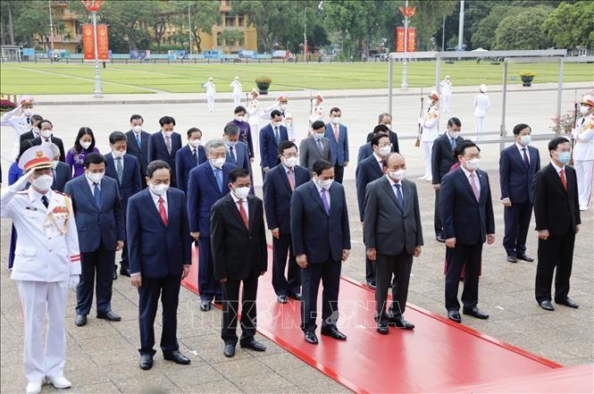 Líderes vietnamitas rinden homenaje al presidente Ho Chi Minh por el 131 aniversario de su natalicio - ảnh 1
