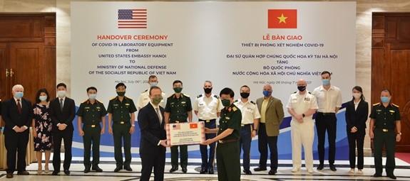 La embajada estadounidense dona equipos de laboratorio para atender el covid-19 en Vietnam - ảnh 1