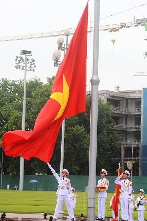 El pueblo vietnamita, orgulloso de su Patria y de su bandera nacional - ảnh 1