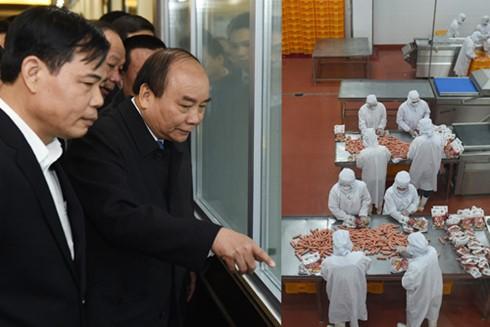 PM Nguyen Xuan Phuc visits several production facilities in Bac Ninh province - ảnh 1