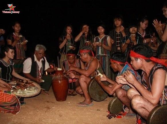 연초에 맛보는 스띠엥 (S'tiêng)족의 전통주 - ảnh 1