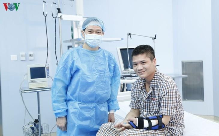 베트남, 세계에 처음으로 살아 있는 기증자로부터의 사지 이식 성공  - ảnh 2