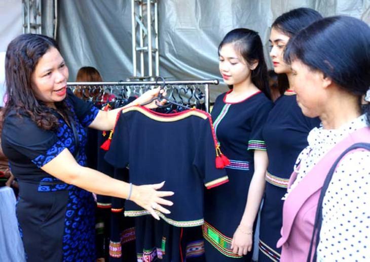 현대 패션에 진출한 에데 소수민족의 전통 브로케이드 '토껌' 문양 - ảnh 2