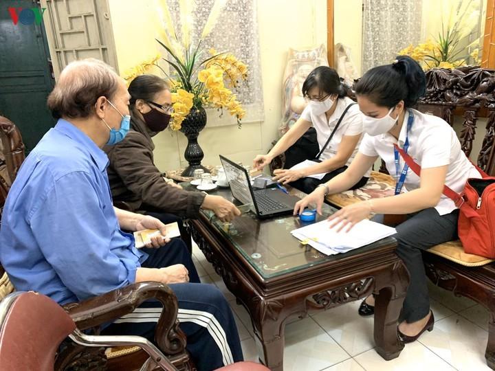 하노이시, 퇴직연금 및 사회보조금을 자택 배달을 통한 지불 시작 - ảnh 1