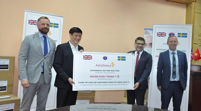 영국기업, 코로나19 방역을 위해 베트남 보건부에 400,000장의 마스크 전달 - ảnh 1