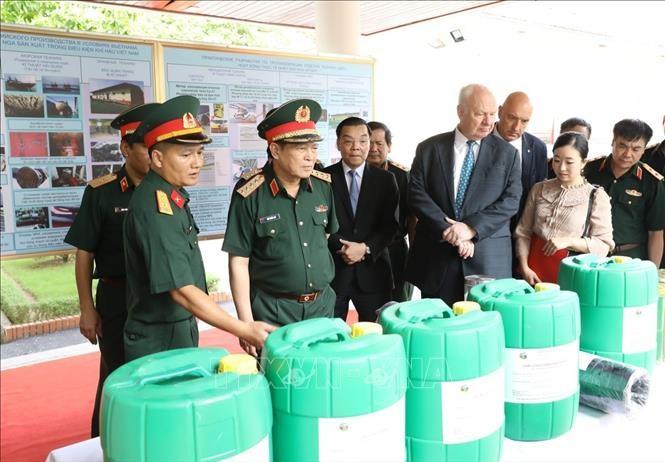 국방부 장관, 베트남 – 러시아 열대센터 방문 - ảnh 1