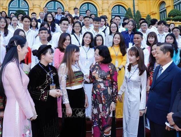 당 티 응옥 틴 국가부주석, 우수 직업훈련 학생, 대학생 대표단을 만나 - ảnh 1