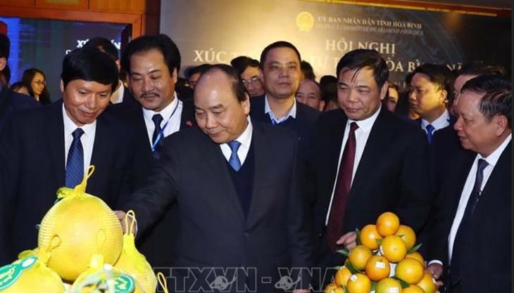 Nguyên Xuân Phuc à la conférence de promotion de l'investissement de Hoà Binh - ảnh 2