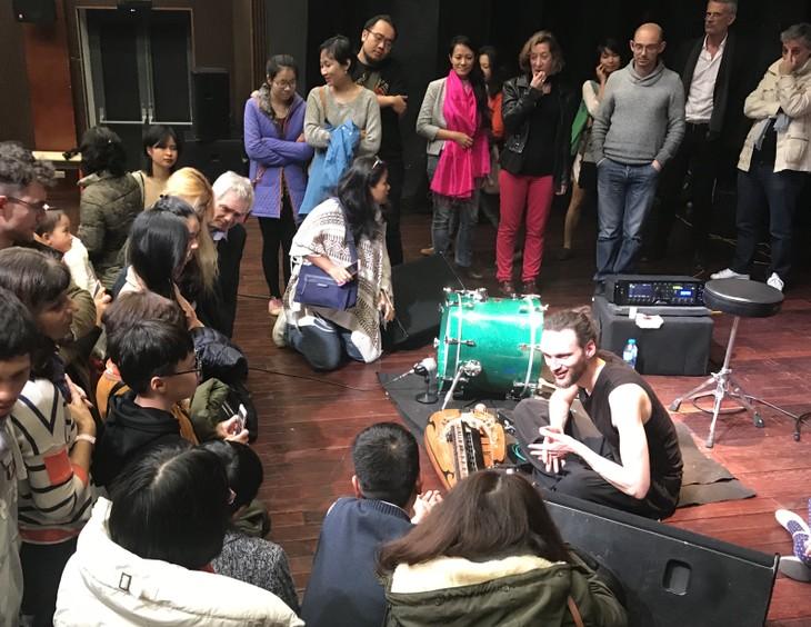 Le solo de la vielle à roue millénaire de l'artiste français à Hanoi - ảnh 2