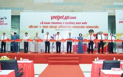 Nguyên Xuân Phuc assiste au lancement de cinq nouvelles lignes aériennes - ảnh 1