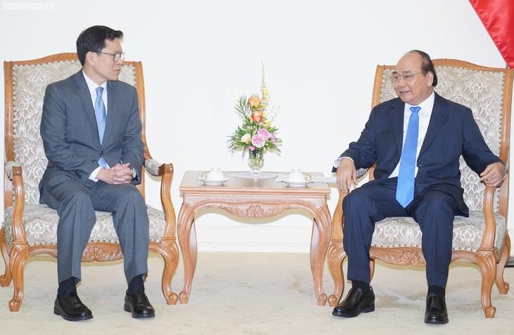 Le gouverneur de la Banque centrale thaïlandaise reçu par Nguyên Xuân Phuc - ảnh 1
