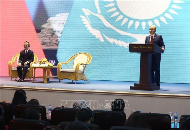 Le président de la Chambre basse kazakh visite l'Université de Hanoi - ảnh 1