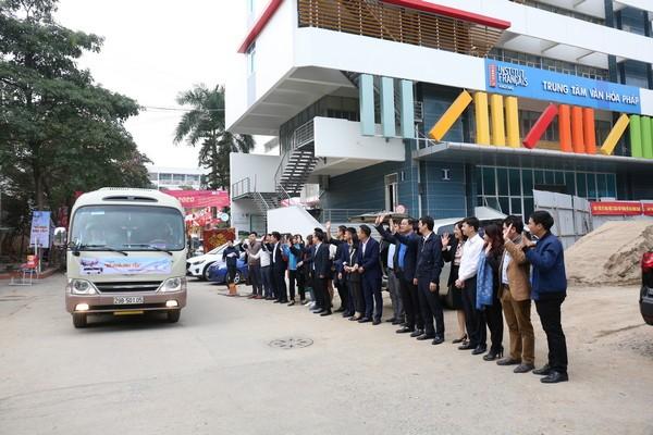 Têt : Des bus pour transporter des étudiants chez eux - ảnh 1