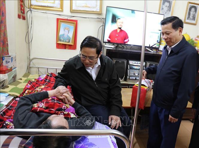 Pham Minh Chinh rend visite aux invalides de guerre de Thuân Thành - ảnh 1