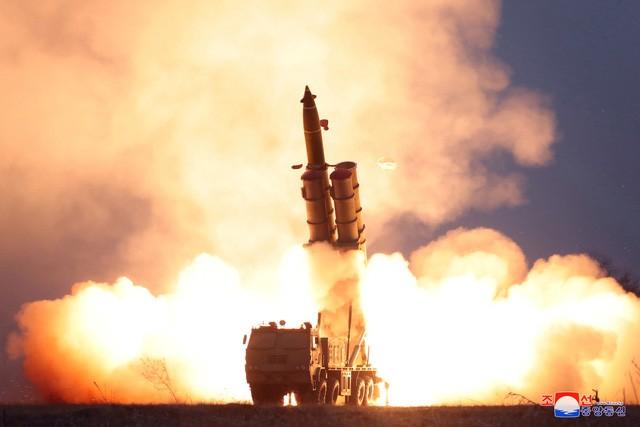 Rodong Sinmun: Pyongyang a testé dimanche un lance-roquettes multiple de très grande taille - ảnh 1