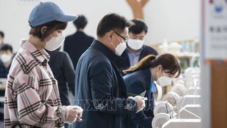 République de Corée: des élections sous haute surveillance sanitaire - ảnh 1