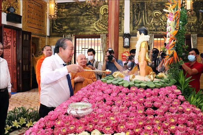 Truong Hoà Binh présente ses vœux à l'occasion du Vesak à Hô Chi Minh-ville - ảnh 1