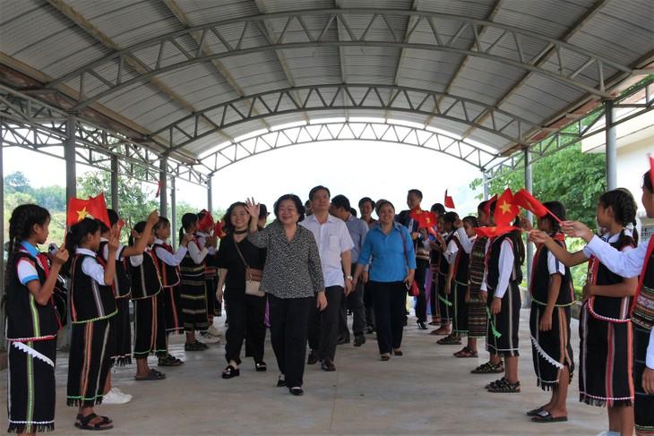 Truong My Hoa remet 55 bourses aux étudiants de Kon Tum - ảnh 1