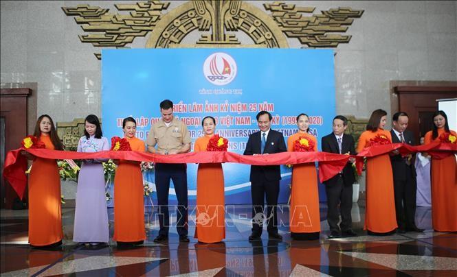Exposition de photos en l'honneur du 25e anniversaire de la normalisation des relations Vietnam-Etats-Unis - ảnh 1