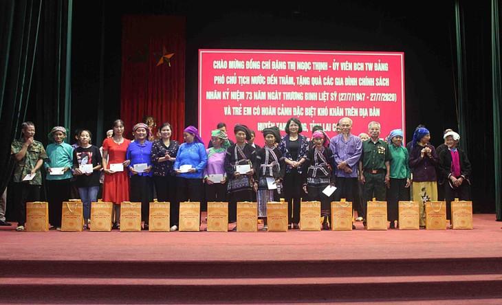 Lai Châu: Dang Thi Ngoc Thinh offre des cadeaux à des familles bénéficiant des politiques sociales - ảnh 1