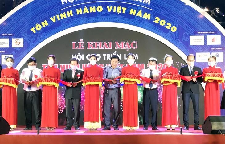 Hô Chi Minh-ville : Vernissage de la «Foire en l'honneur des produits vietnamiens 2020» - ảnh 1
