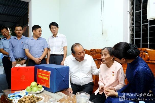 Truong Hoa Binh rend visite à des familles méritantes de la Patrie - ảnh 1