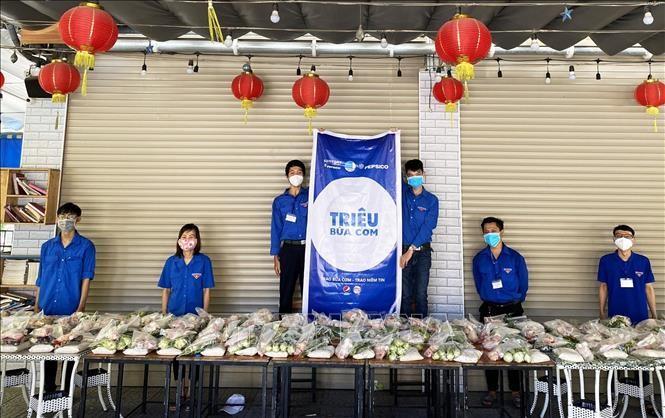Covid-19: des repas gratuits pour les plus démunis à Danang et Quang Nam - ảnh 1