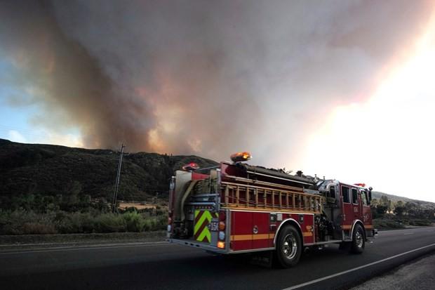 Californie : des centaines de maisons évacuées suite à un énorme incendie - ảnh 1