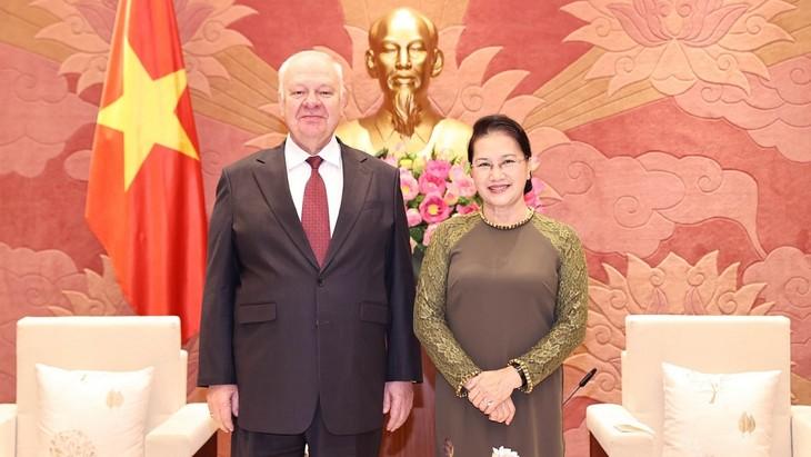 L'ambassadeur de Russie sortant reçu par Nguyên Thi Kim Ngân - ảnh 1