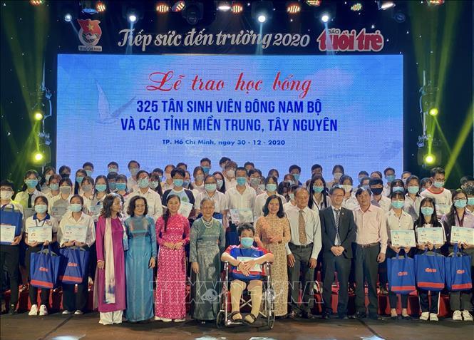 Hô Chi Minh-ville: remise de bourses à 325 nouveaux étudiants en difficultés - ảnh 1