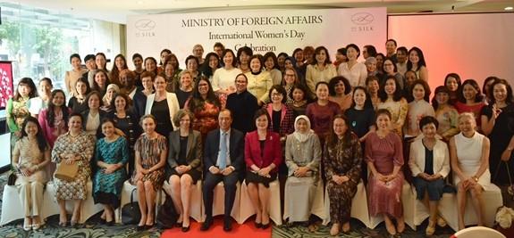 Rencontre avec les ambassadrices et les épouses d'ambassadeurs étrangers au Vietnam  - ảnh 1