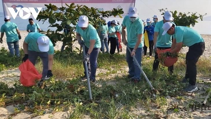 Danang: plus de 100 membres de la jeunesse communiste assainissent l'environnement maritime - ảnh 1