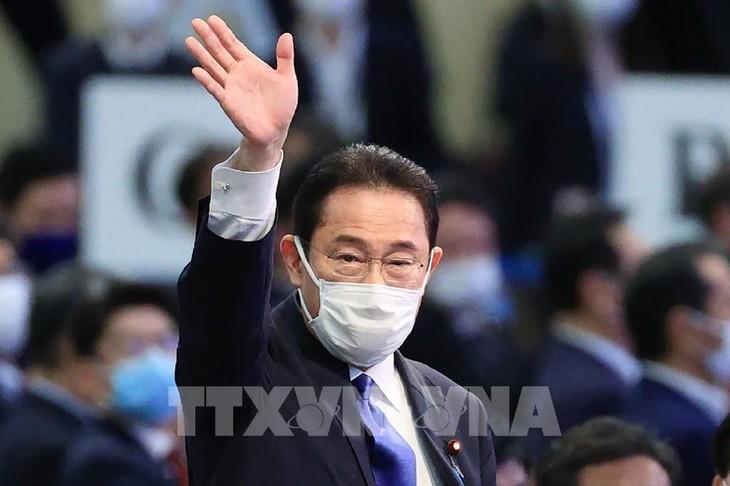 Japon: Fumio Kishida élu dirigeant du parti au pouvoir, et de facto futur Premier ministre - ảnh 1
