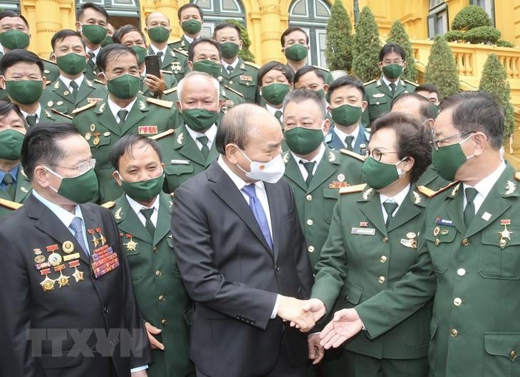 Nguyên Xuân Phuc  rencontre des hommes d'affaires qui sont d'anciens combattants - ảnh 1