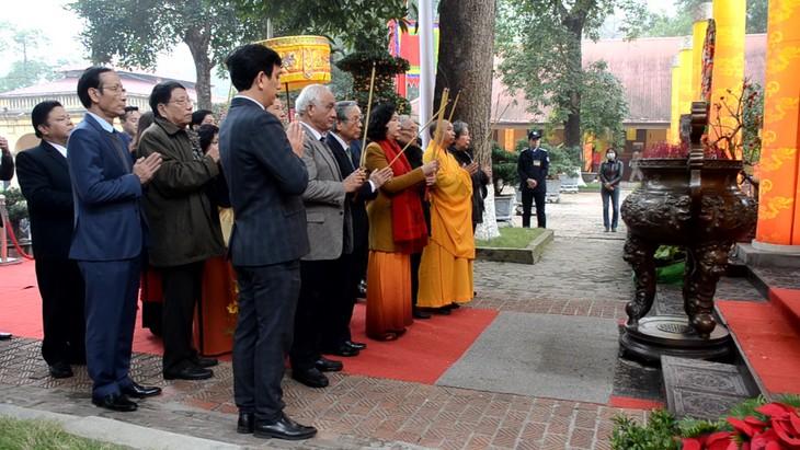 На территории императорской цитадели Тханглонг зажгли благовония в память о предшественниках - ảnh 1