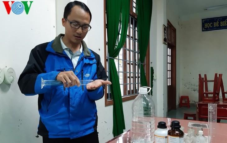 Об учителе Во Фыок Хунге, который успешно производит дезинфицирующее средство - антибактериальный гель для рук для профилактики коронавируса  - ảnh 1