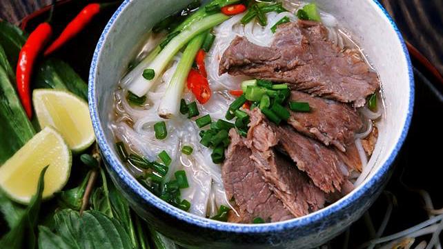 Суп с лапшой «фо» - знаменитое вьетнамское блюдо - ảnh 1