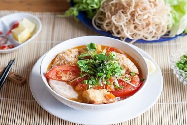Вьетнамская лапша с крабовым бульоном «бун-риеу-куа» вошла в ТОП самых вкусных блюд в Азии - ảnh 1