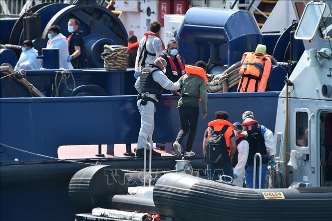 Великобритания усиливает ограничительные меры в отношении нелегальных мигрантов - ảnh 1