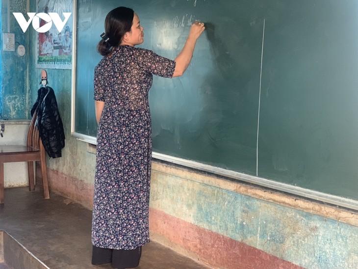 Об учительнице Фан Тхи Кхань, которая прилагает все усилия для заботы о своих учениках - ảnh 1