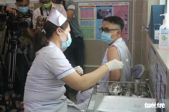 В Хошимине медработники привились вакциной COVID-19 - ảnh 1