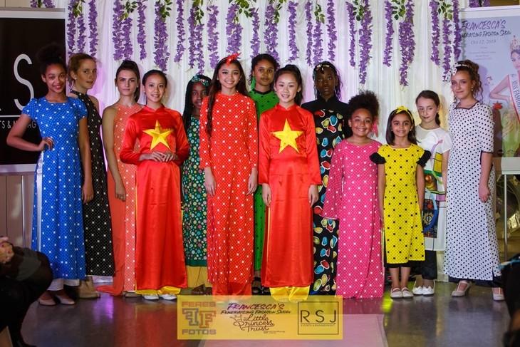 Áo dài Việt Nam tham gia trình diễn gây quỹ từ thiện tại London  - ảnh 3