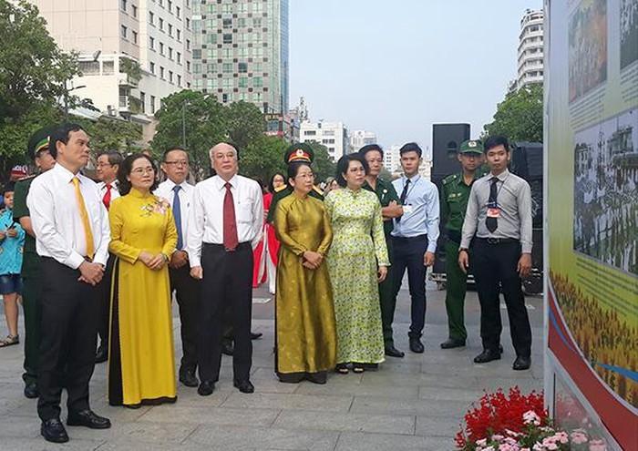 TPHCM tổ chức triển lãm ảnh chào mừng 90 năm Ngày thành lập Đảng - ảnh 1