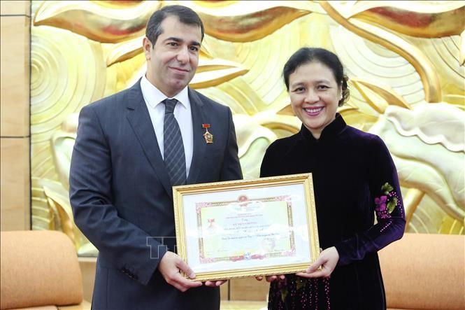 """Trao Kỷ niệm chương """"Vì hòa bình, hữu nghị giữa các dân tộc"""" tặng Đại sứ Azerbaijan tại Việt Nam - ảnh 1"""