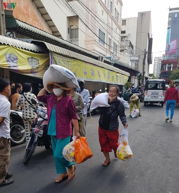 Hơn 3.000 gia đình người gốc Việt tại Campuchia được cứu trợ trong dịch COVID-19 - ảnh 3