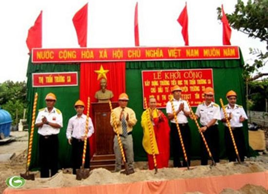 Memberikan VND 10 miliar untuk membangun sekolahan di kepulauan Truong Sa - ảnh 1